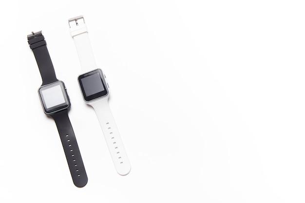 Elektroniczny zegarek na rękę na białym