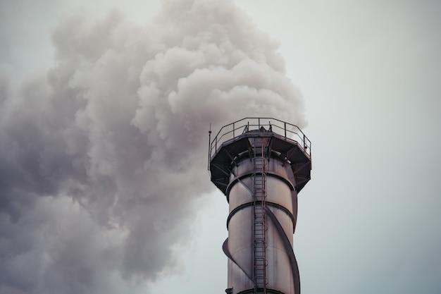 Elektrownia na biomasę z miazgi trzciny cukrowej niszczy kominy emituje zanieczyszczenie dwutlenkiem węgla