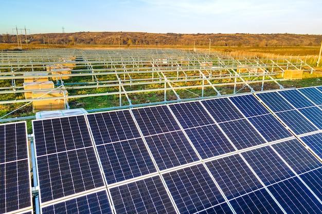 Elektrownia słoneczna w budowie na zielonym polu. montaż paneli elektrycznych do produkcji czystej energii ekologicznej.