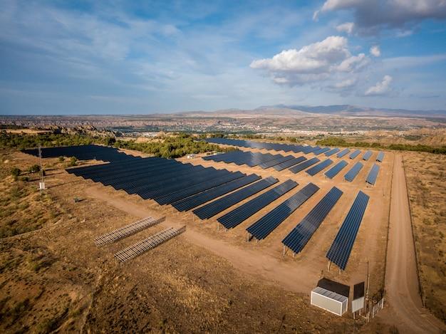 Elektrownia słoneczna z guadix, hiszpania. elektrownia słoneczna andasol to pierwsza w europie komercyjna paraboliczna rynna słonecznej elektrowni słonecznej