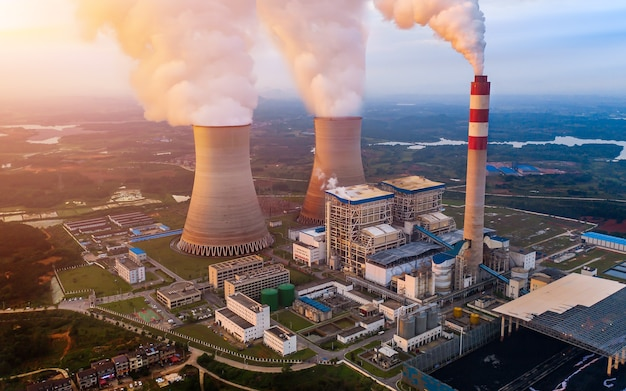 Elektrownia węglowa z chłodniami kominowymi uwalniającymi parę do atmosfery