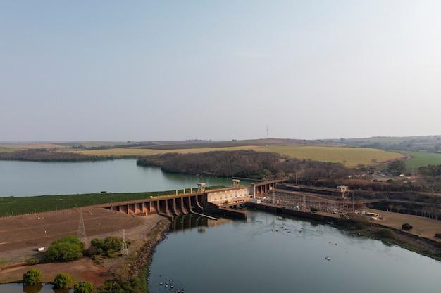 Elektrownia wodna w gminie bariri, stan sao paulo, widok z góry - droga wodna tiete-parana.