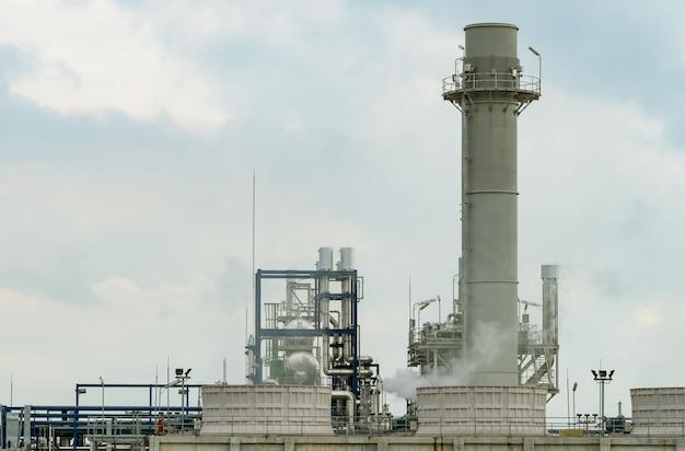 Elektrownia z turbiną gazową. energia dla fabryki wsparcia na terenie przemysłowym. zbiornik gazu ziemnego. elektrownia wykorzystująca jako paliwo gaz ziemny.