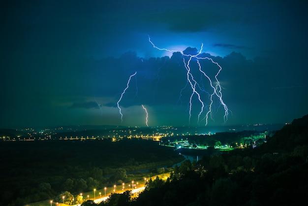 Elektryczna burza na horyzoncie. małopolska, europa. burzowa noc w krakowie.