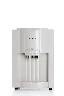 Elektryczna chłodnica wody na białym tle