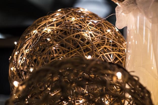 Elektryczna girlanda, piękne ozdobne koraliki z drutu jako dekoracja na wakacje, elektryczne, elektryczne, połysk, światło, blask, światowe społeczeństwo kolor połysk blask promieniuje wiązka lśniący drut przewodowy lampa żarówka