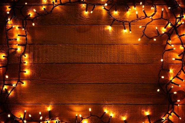 Elektryczna girlanda świąteczna na drewnianym tle