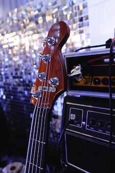 Elektryczna gitara basowa stoi na scenie. ścieśniać.
