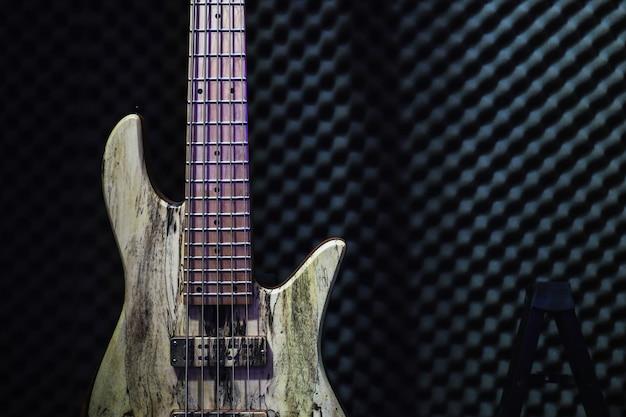 Elektryczna gitara basowa ze stojakiem w studiu nagraniowym