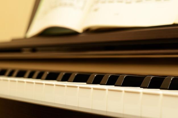 Elektryczna klawiatura pianina i nuty