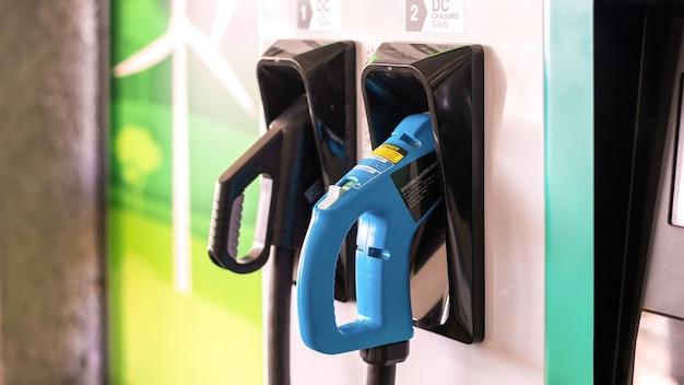 Elektryczna ładowarka samochodowa z podłączonymi dwoma pistoletami