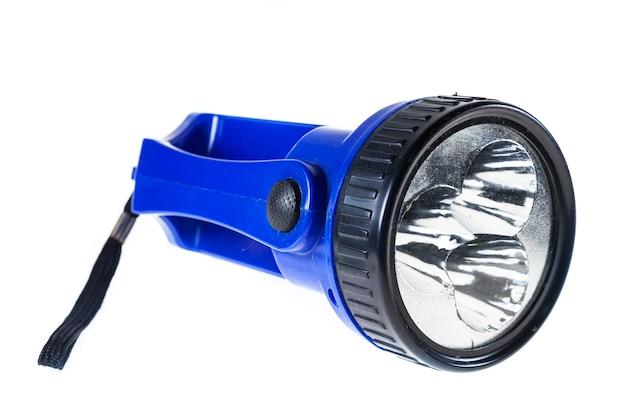 Elektryczna niebieska latarka kieszonkowa na białym tle