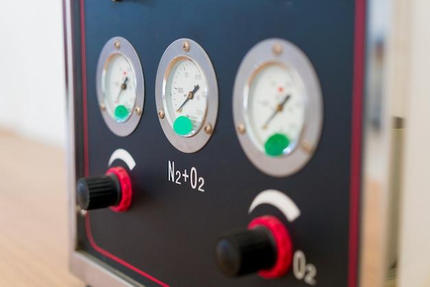 Elektryczna podstacja szaf sterowniczych w nowym zakładzie produkcyjnym.