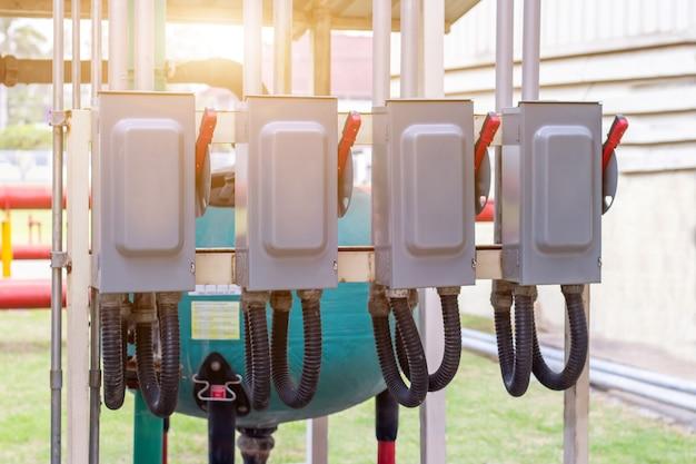 Elektryczna podstacja szafy sterowniczej w fabryce. przełącznik sterowania energią elektryczną on-off