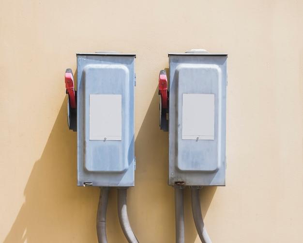 Elektryczna skrzynka przełączników bezpieczeństwa na izolowaniu background.main elektryczne sterowanie przełączaniem.