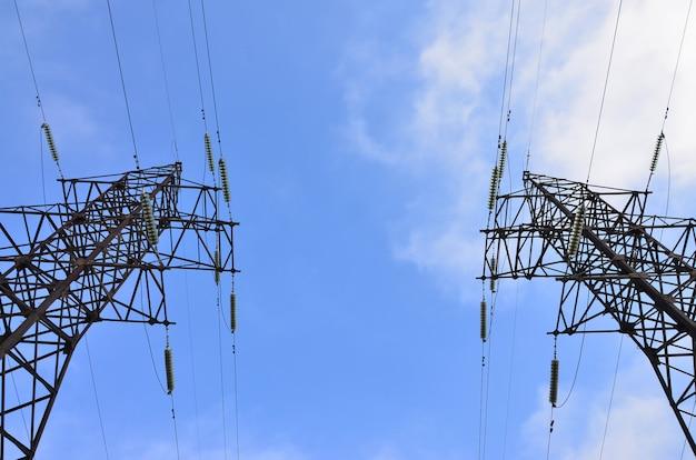 Elektryczna wieża wysokiego napięcia. pylon do przenoszenia energii elektrycznej