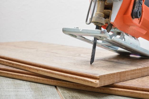 Elektryczna wyrzynarka na drewnianej powierzchni kopii przestrzeni