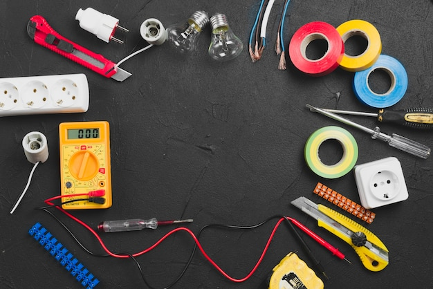Elektryczne instrumenty na ciemnym tle