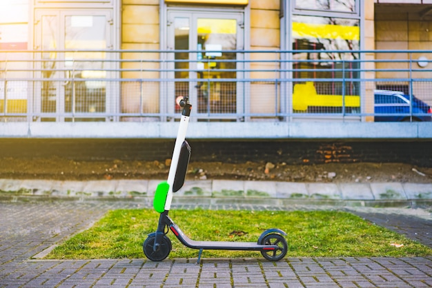 Elektryczne skutery stoją na ulicach śródmieścia. publiczne skutery do wynajęcia