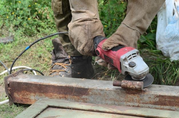 Elektryczne szlifowanie kół na konstrukcji stalowej na zewnątrz