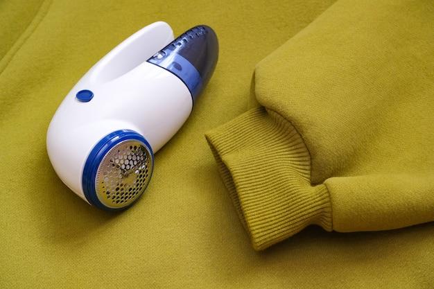 Elektryczne urządzenie do usuwania włosów i kłaczków w fakturze tkaniny. golarka do wełny