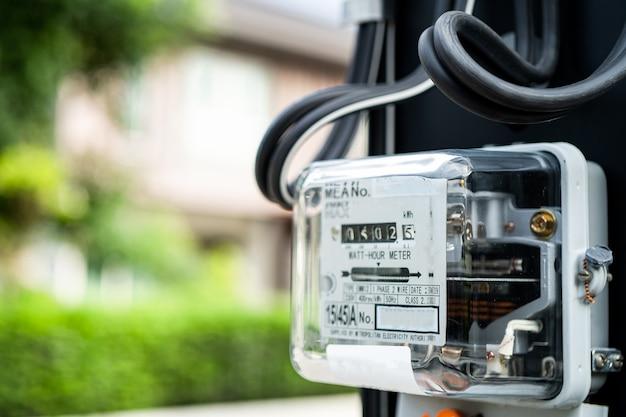 Elektryczny miernik mocy do pomiaru kosztów energii w domu i biurze.