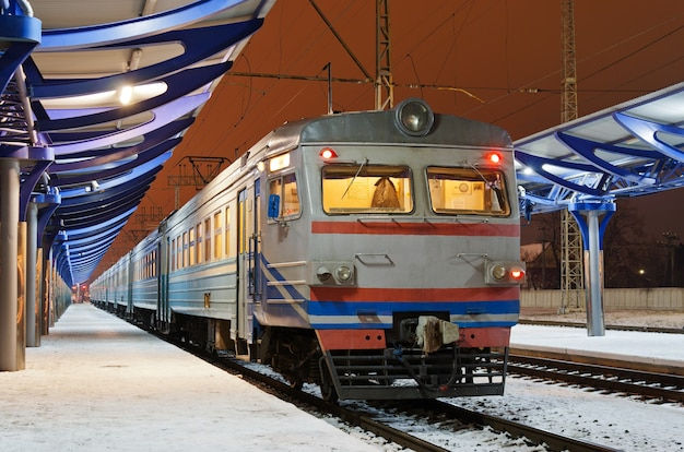 Elektryczny pociąg podmiejski na stacji użhorod, ukraina