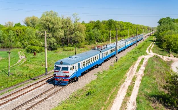 Elektryczny pociąg podmiejski w rejonie kijowa, ukraina