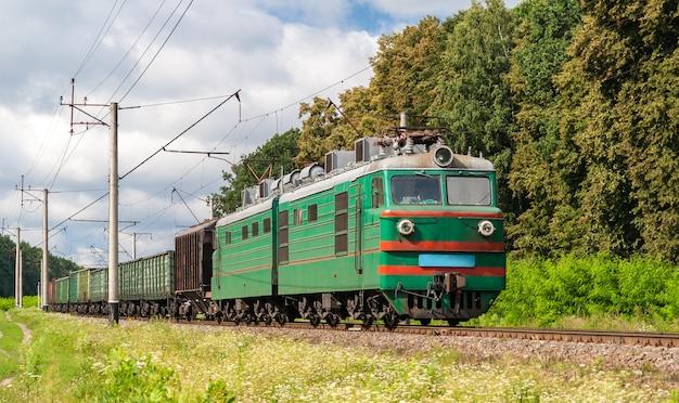 Elektryczny pociąg towarowy w obwodzie kijowskim na ukrainie