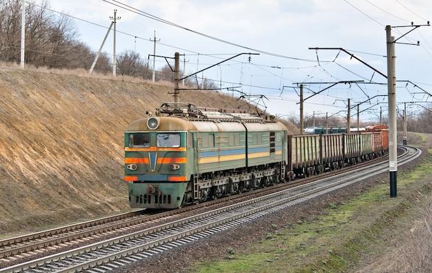 Elektryczny pociąg towarowy w rejonie dniepropietrowska na ukrainie