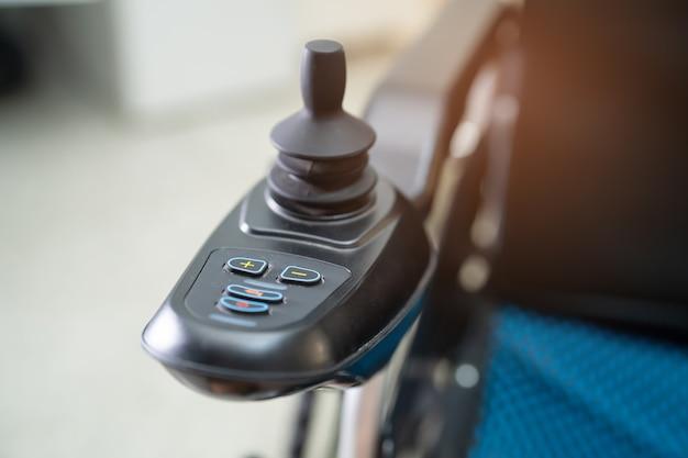 Elektryczny wózek inwalidzki dla starszego pacjenta nie może chodzić ani unieszkodliwiać ludzi.