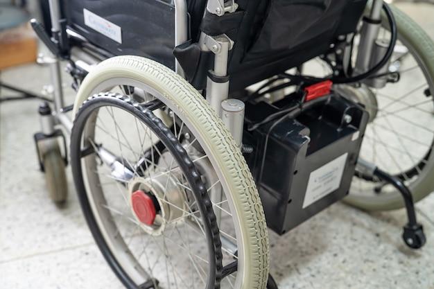 Elektryczny wózek inwalidzki z akumulatorem dla starszego pacjenta nie może chodzić ani unieszkodliwiać ludzi.