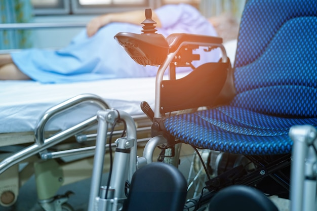 Elektryczny wózek inwalidzki z pilotem na oddziale pielęgniarskim.