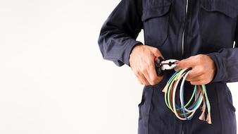 Elektryk cięcia drutu przez szczypce na białym tle