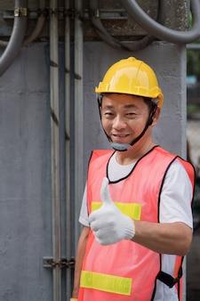 Elektryk lub pracownik budowlany daje kciuk do góry