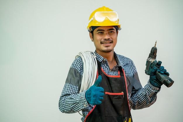 Elektryk lub pracownik budowlany z narzędziami i sprzętem elektrycznym na białym tle, konstruktor.