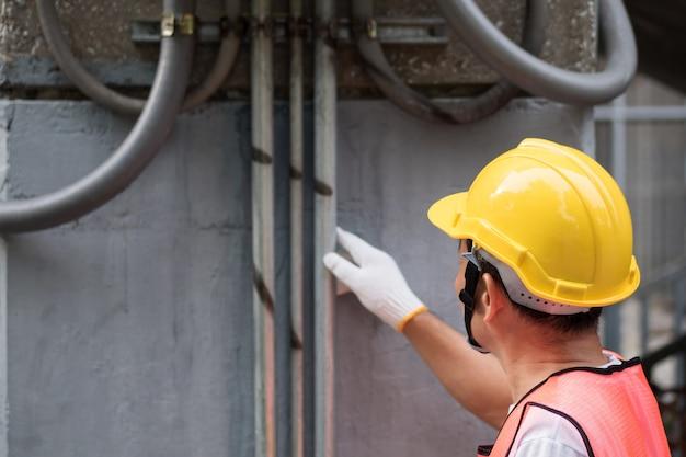 Elektryk naprawiający piastę linii energetycznej