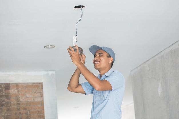 Elektryk okablowanie lampy sufitowej