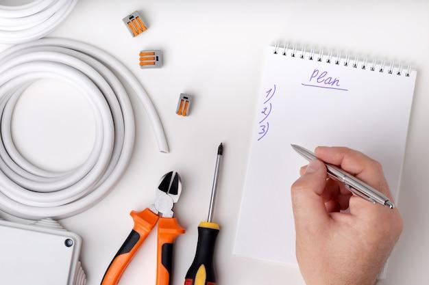 Elektryk pisze plan pracy elektrycznej