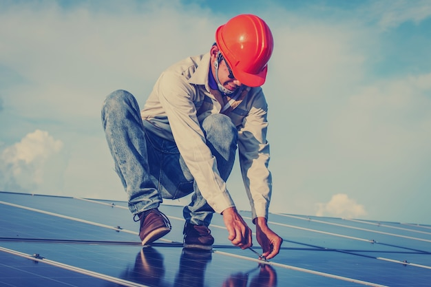 Elektryk pracuje nad sprzętem do konserwacji w elektrowni słonecznej