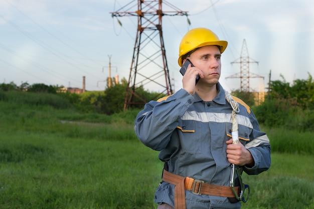 Elektryk rozmawia przez telefon