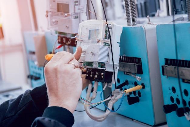 Elektryka pracownik sprawdza elektryczność liczniki. sprzęt elektryczny.