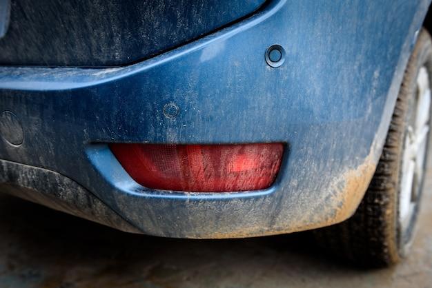 Element brudnej strony samochodu.