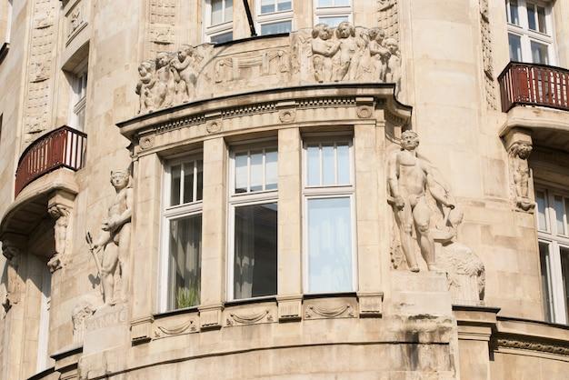 Element starego budynku z oknem i balkonami
