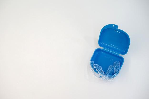 Element ustalający wyrównanie zębów (niewidoczny) w klinice dentystycznej