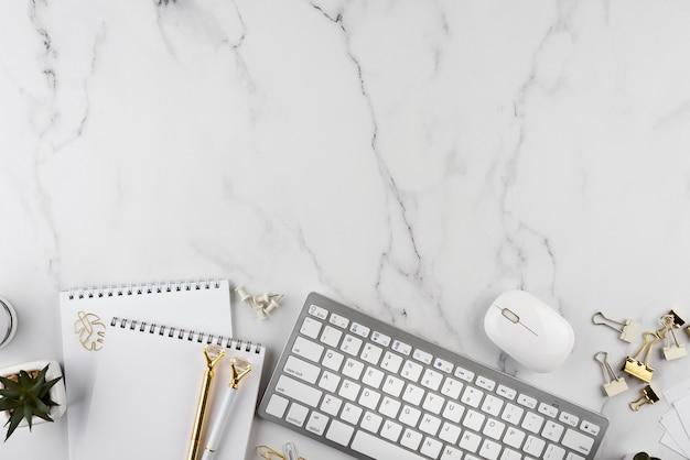 Elementy biurka na marmurowym blacie