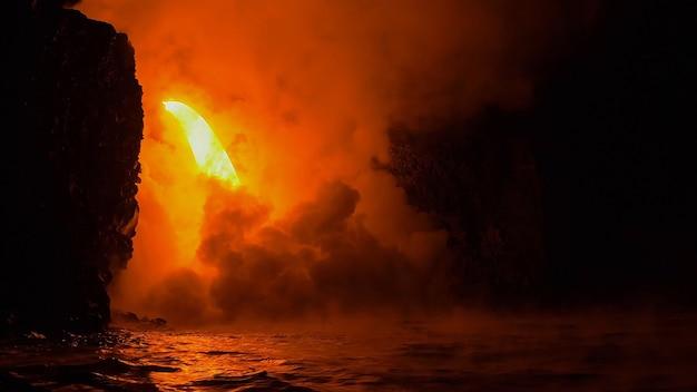Elementy czerwonego ognia w tle pary w wodzie