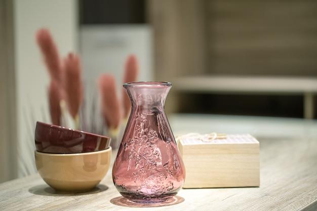 Elementy dekoracyjne we wnętrzu, piękny wazon na stole.