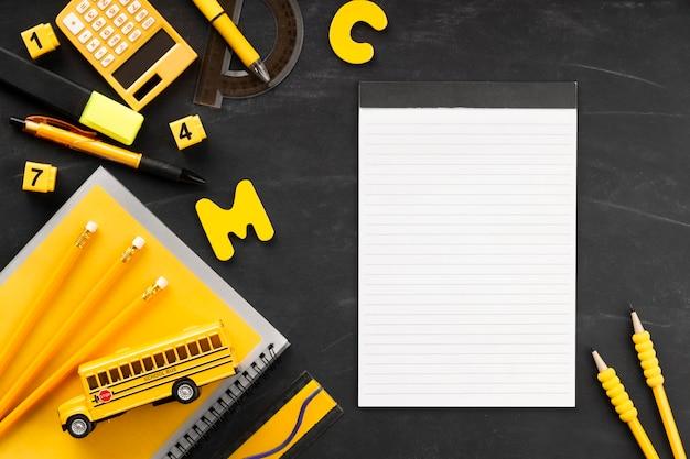 Elementy dnia edukacji z notatnika