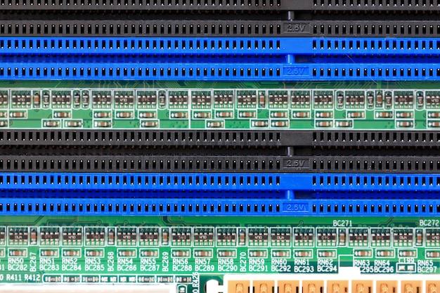 Elementy elektroniki gniazd na płycie głównej komputera pc.